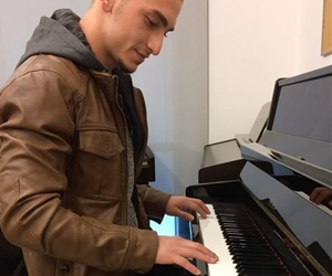 For the first time on #piano I'm so proud of myself that I got something to come up with ??